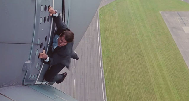 Tom_Cruise_Taking_Off_01
